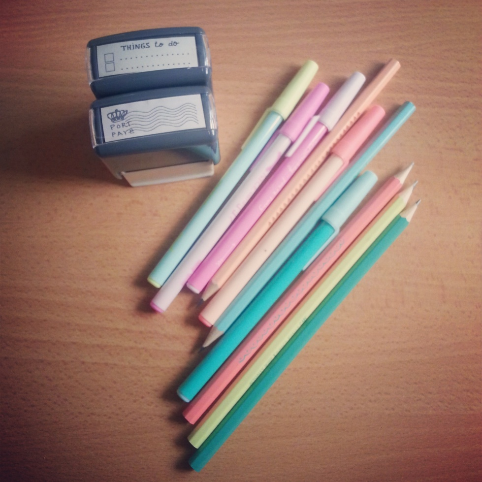 1€ les 5 stylos, 1 € les 5 crayons, 2,50 € les deux tampons, qui dit mieux ?!